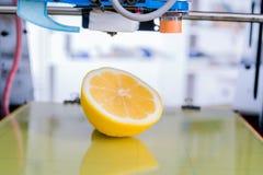 Rijpe plak van gele citroencitrusvruchten 3d printer van het apparaat tijdens processe Stock Afbeelding