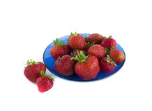 Rijpe rode aardbeien op een blauwe schotel Royalty-vrije Stock Afbeelding
