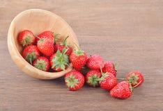 Rijpe rode aardbeien op houten lijst stock afbeelding