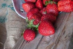Rijpe rode aardbeien op houten lijst royalty-vrije stock afbeeldingen