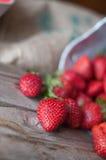 Rijpe rode aardbeien op houten lijst royalty-vrije stock foto's