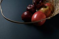 Rijpe rode appelen in een mand stock afbeeldingen