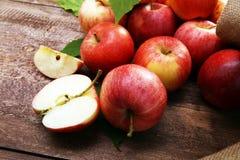 Rijpe rode appelen met bladeren op houten achtergrond Royalty-vrije Stock Fotografie