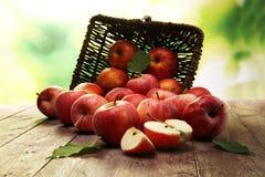 Rijpe rode appelen met bladeren op houten achtergrond Stock Afbeelding