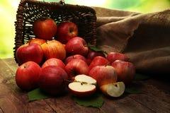 Rijpe rode appelen met bladeren op houten achtergrond Royalty-vrije Stock Foto's
