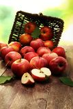 Rijpe rode appelen met bladeren op houten achtergrond Royalty-vrije Stock Afbeeldingen