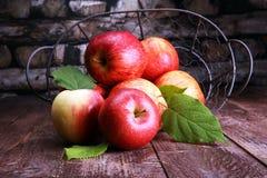 Rijpe rode appelen met bladeren op houten achtergrond Stock Foto's