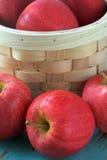 Rijpe rode appelen met mand Stock Fotografie