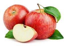 Rijpe rode die appelen met plak en bladeren op wit worden geïsoleerd Royalty-vrije Stock Foto's