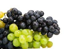 Rijpe rode en groene die druiven op wit worden geïsoleerd Royalty-vrije Stock Foto's
