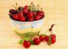 Rijpe rode kersen op de lijst en in de kop. Royalty-vrije Stock Fotografie