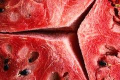 Rijpe rode watermeloenpulp met grote barstenachtergrond royalty-vrije stock afbeelding