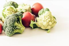 Rijpe romanescobroccoli van groententomaten op witte houten achtergrond met exemplaarruimte voor uw tekst stock afbeeldingen