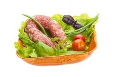 Rijpe salami met salade, basilicum, ui stock foto