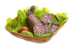 Rijpe salami met salade, basilicum, ui Stock Fotografie
