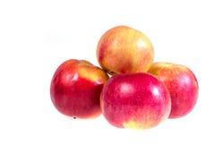 Rijpe, sappige appelen op een witte achtergrond Vitaminedieet voor gewichtsverlies Stock Foto's