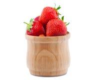 Rijpe, sappige die aardbeien in een houten kom worden opgelegd Stock Foto's