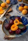 Rijpe sappige pruimen en besnoeiingsabrikozen stock foto
