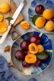 Rijpe sappige pruimen en besnoeiingsabrikozen stock afbeeldingen