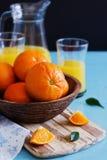 Rijpe sinaasappelen in een houten kom Stock Afbeeldingen