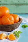 Rijpe sinaasappelen in een houten kom Stock Foto