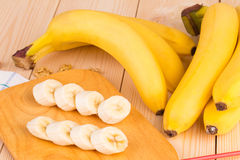 Rijpe smakelijke bananen op hout Stock Afbeeldingen