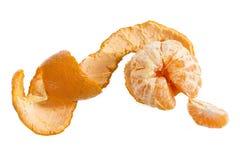 Rijpe smakelijke die mandarin met schilspiraal op wit wordt geïsoleerd Stock Foto