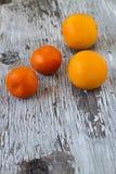 Rijpe smakelijke mandarijnen op houten achtergrond Stock Fotografie