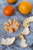Rijpe smakelijke mandarijnen op houten achtergrond Stock Afbeelding