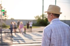 Rijpe Spaanse mens die straat wachten te kruisen royalty-vrije stock afbeelding