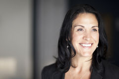 Rijpe Spaanse Onderneemster Smiling And die weg kijken royalty-vrije stock fotografie
