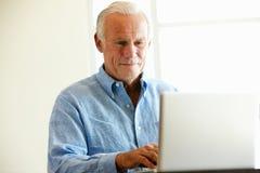 Rijpe student die computer in klasse met behulp van Royalty-vrije Stock Afbeelding