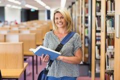 Rijpe student die in de bibliotheek bestuderen Stock Afbeelding