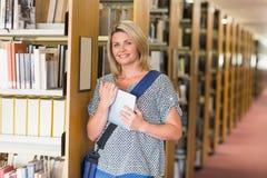 Rijpe student die in de bibliotheek bestuderen Stock Afbeeldingen
