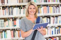 Rijpe student die in de bibliotheek bestuderen Royalty-vrije Stock Afbeeldingen