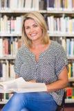 Rijpe student die in de bibliotheek bestuderen Royalty-vrije Stock Foto