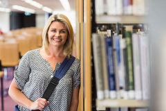 Rijpe student die in de bibliotheek met tablet bestuderen Royalty-vrije Stock Fotografie