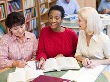 Rijpe studenten die in bibliotheek bestuderen Royalty-vrije Stock Fotografie