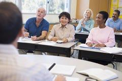 Rijpe studenten en hun leraar in een klaslokaal Royalty-vrije Stock Afbeeldingen