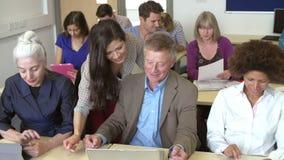 Rijpe Studenten in Verder Onderwijsklasse met Leraar stock videobeelden