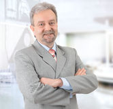 Rijpe succesvolle en zakenman die glimlacht kijkt Royalty-vrije Stock Fotografie