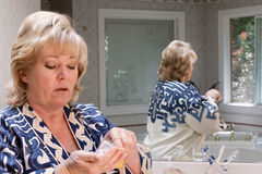 Rijpe te nemen vrouwen tellende pillen Stock Afbeelding