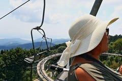 Rijpe toeristenvrouw die een kabelwagen stresa-Mottarone Italië berijden royalty-vrije stock foto