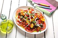 Rijpe tomaat en muntsalade Stock Afbeelding