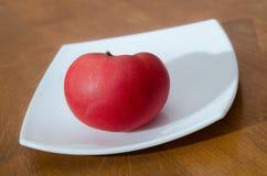 Rijpe tomaat met dalingen van water Royalty-vrije Stock Foto's