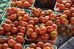 Rijpe tomaten in bak bij landbouwersmarkt Stock Afbeeldingen