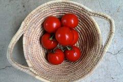 Rijpe tomaten in geweven mand royalty-vrije stock fotografie