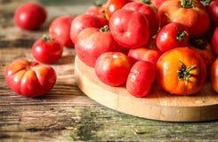 Rijpe tomaten op houten achtergrond Stock Fotografie