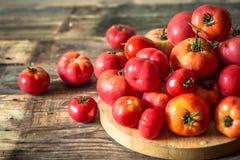 Rijpe tomaten op houten achtergrond Royalty-vrije Stock Fotografie
