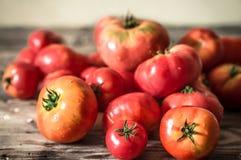 Rijpe tomaten op houten achtergrond Stock Afbeeldingen